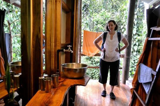 La Loma Jungle Lodge and Chocolate Farm: Half of the bathroom. Rustic, yet elegant and modern.