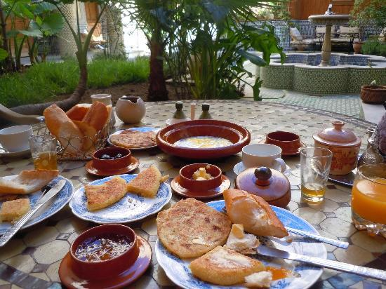 Riad Jaouhara: Breakfast in the courtyard