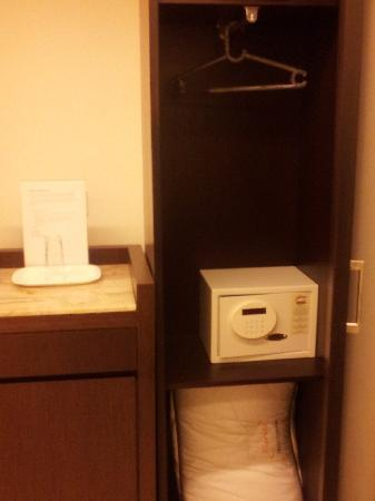 Metropolis Tourist Home: dedicated electronic safe for documents