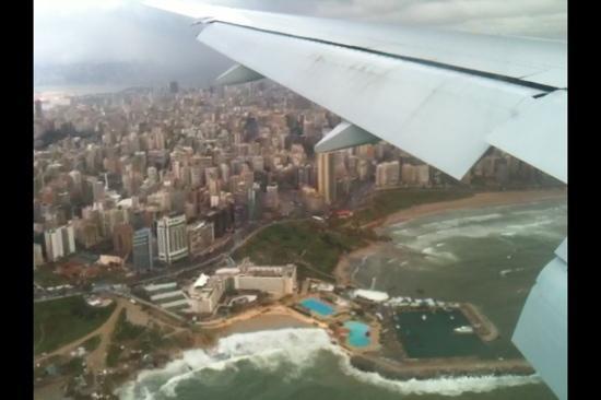 Mövenpick Hotel Beirut: l'hôtel vue d'un avion lors de l'attérissage...