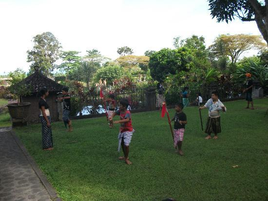 Tirta Ayu Hotel & Restaurant: Children have rehersal in Balinese dances - very difficult!