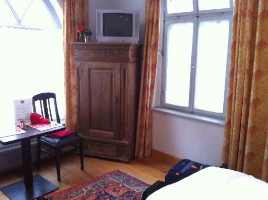 Altstadt-Gastehaus Drewes Wale: Zimmer im EG mit Kleiderschrank und TV