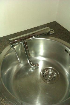 Ethos Hotel Oxford: Mixer tap fallen off