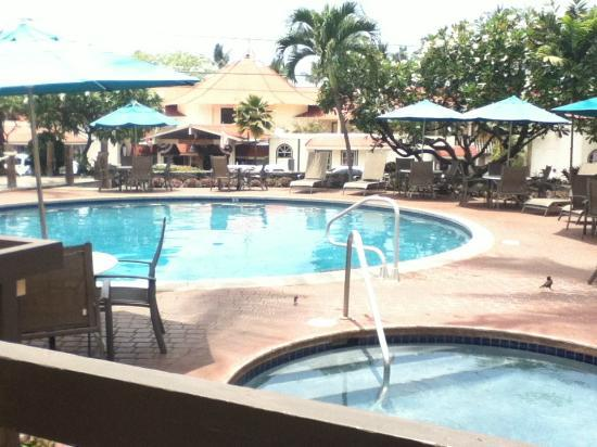 Uncle Billy's Kona Bay Hotel: Pool area looking out onto Alii Drive