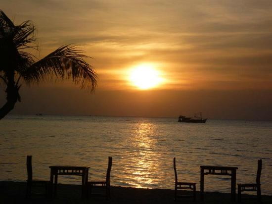 Long Beach Resort Phu Quoc: The view from the beach bar at sunset