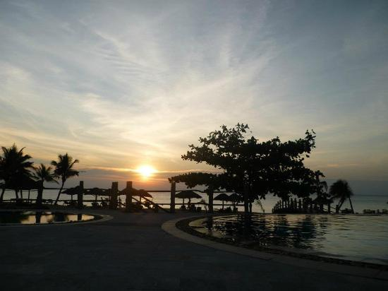 Long Beach Resort Phu Quoc: The view of the pool at sunset
