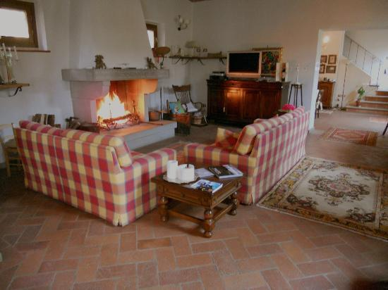 Agriturismo Poggio Tondo : The living room (sooo beautiful and cozy)