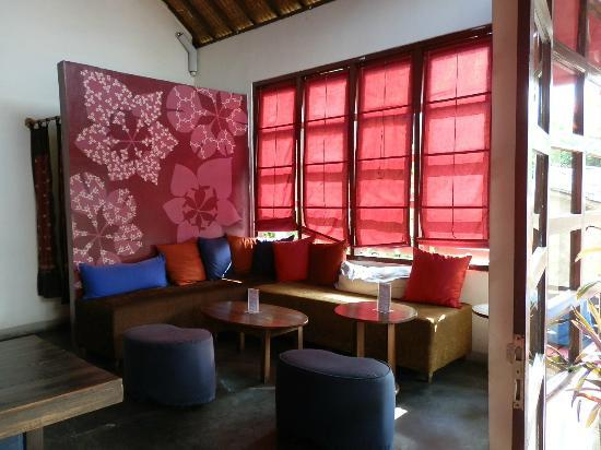 Kue Bakery and Cafe: Colorful Decor