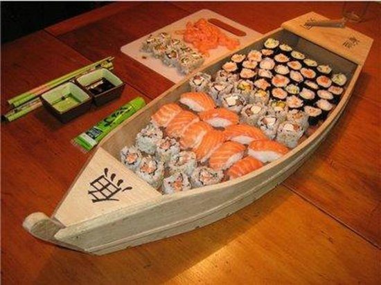 Shibui: En la carta sugerencias URAMAKI encontrarás este barco al gusto! Mínimo para 2 personas!
