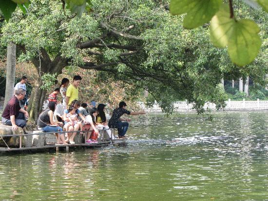 Nanning People's Park: feeding the fish