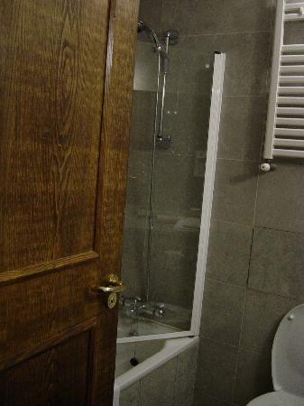 Mount Errigal Hotel: Bath with Shower, no plastic curtain that clings to you while in shower