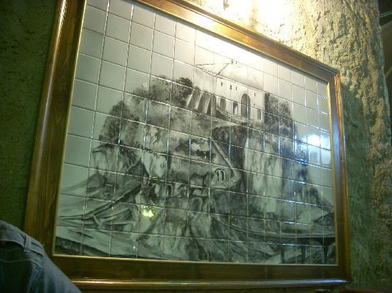 La Lamia: un particolare quadro di maioliche con il castello di Tropea