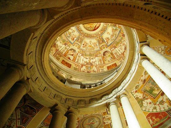 Caprarola, Italia: IL SOFFITTO DELLA SCALA ELICOIDALE