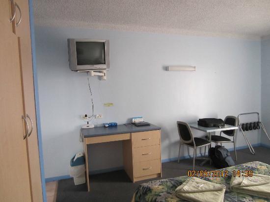 Morphettville Motor Inn: Television and desk