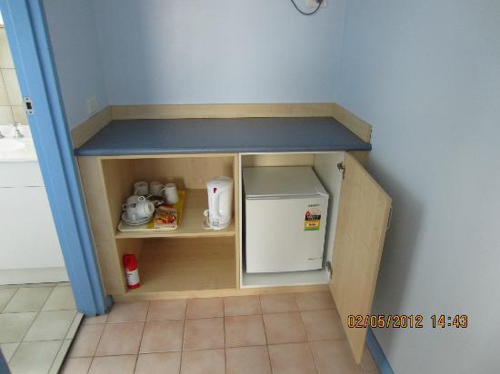 Morphettville Motor Inn: The mini fridge and coffee & Tea making area