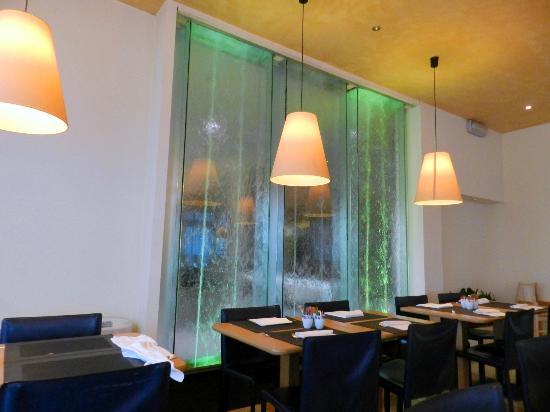 Parete Dacqua In Casa : Sala per la colazione con parete a cascata dacqua picture of