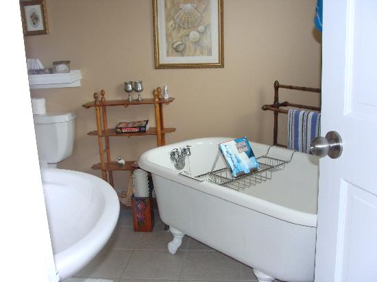 Baker's Chest Tearoom and B&B: Perfect for a nice long soak