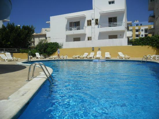 Apartamentos Poniente Playa : Pool with Poniente on right in background