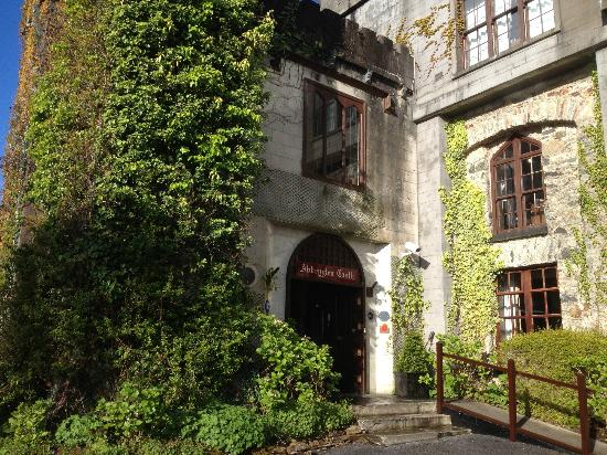 Abbeyglen Castle Hotel: Ivy-covered front entrance to the hotel.