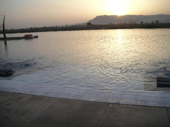 Hilton Luxor Resort & Spa: pool with nile