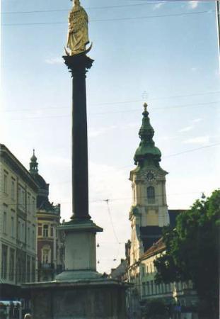 Stadtpfarrkirche: campanile e Mariensaule