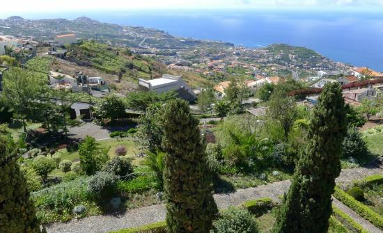 Quinta Do Estreito: Lower gardens and view to the coast from the terrace