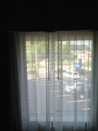 Quality Inn & Suites: Room/Suite with no curtains, only decorative that do not close