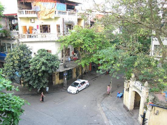 Hanoi Charming 2 Hotel : View from balcony of room