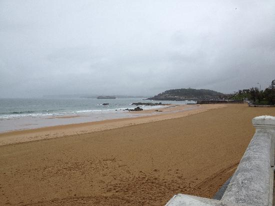 Playa de El Sardinero: beach on a cold day in april