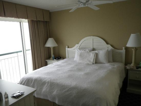 Hampton Inn & Suites Myrtle Beach/Oceanfront: Master bedroom