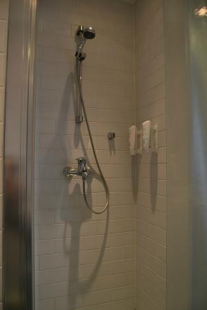 Holiday Inn Helsinki West-Ruoholahti : Basic shower with shampoo and shower gel