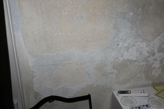 Abbazia degli Svevi: Walls are in white, don't touch it...