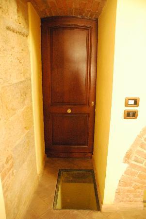 Osteria del Borgo: Door To Hallway