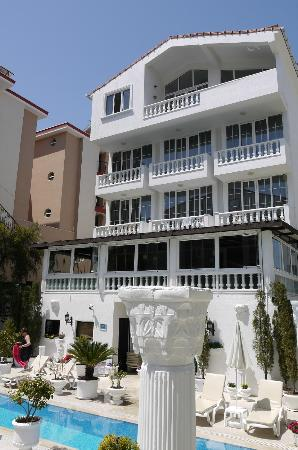 Conny's Hotel: The hotel from the pool side