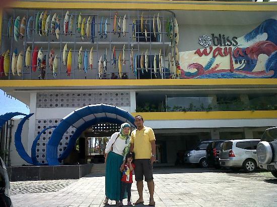 Bliss Surfer Hotel: Kami di depan hotel