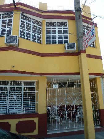 Arturo & Esmeralda Hostal-Suite: Vue de face de la maison
