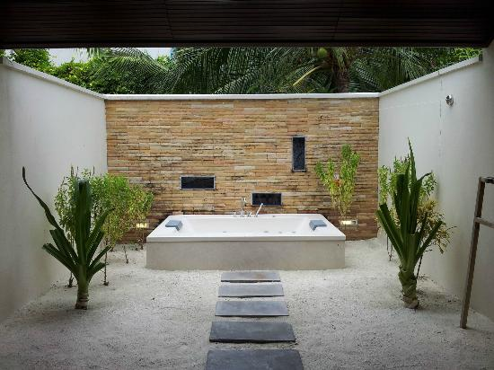 salle de bains jacuzzi photo de lily beach resort spa huvahandhoo island tripadvisor. Black Bedroom Furniture Sets. Home Design Ideas