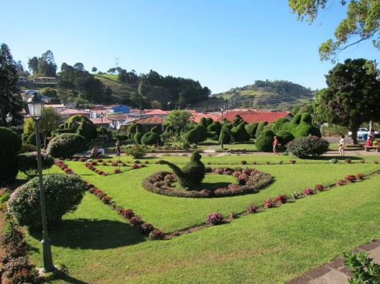 Angel Valley Bed and Breakfast: Topiary nearby