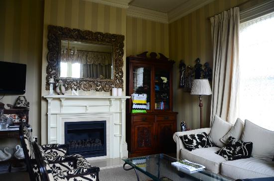 Lilac Rose Boutique Bed and Breakfast: Fireplace