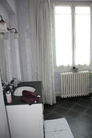 Le Clos d'Hauteville : Glycine Room Bathroom looks out over garden