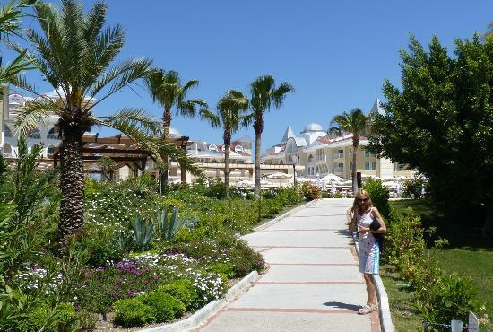 Side Star Resort: Gardens & path to beach