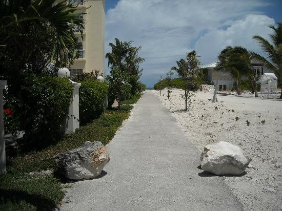 Reef Residences on Grace Bay: Paved walk to the beach