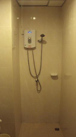 Patong Bay Inn: doccia