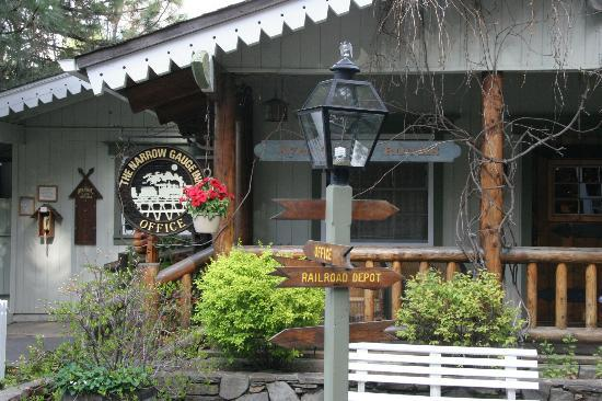 Hall & Buffalo Bar: Narrow Gauge Inn