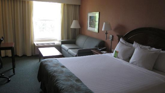 Courtyard by Marriott Chapel Hill: standard room with one king bed