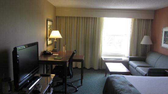 Courtyard Chapel Hill: Entering the room from door