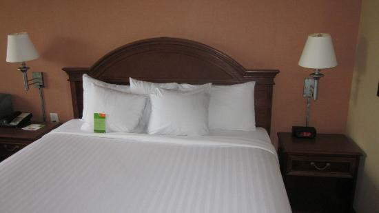 Courtyard by Marriott Chapel Hill: King bed