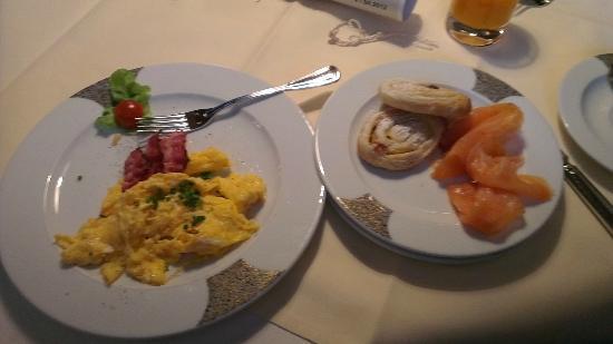 Romantik Hotel Neumuehle: Nice breakfast buffet