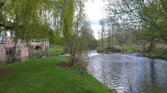 Romantik Hotel Neumuehle: The river Saale, running past the hotel