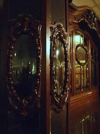 Ralph Foster Museum: Love the ornate antique furniture!